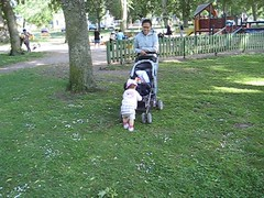 Maja leker med barnvagnen i lekparken (Akajos) Tags: maja sommar vadstena leker 1r lekpark