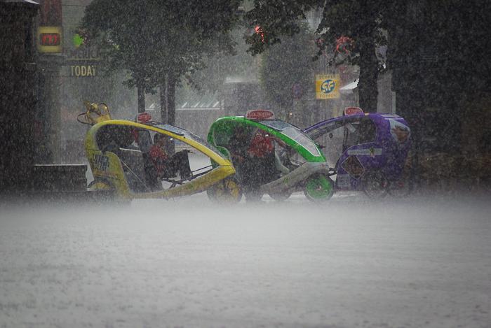 Fietstaxi's in de regen