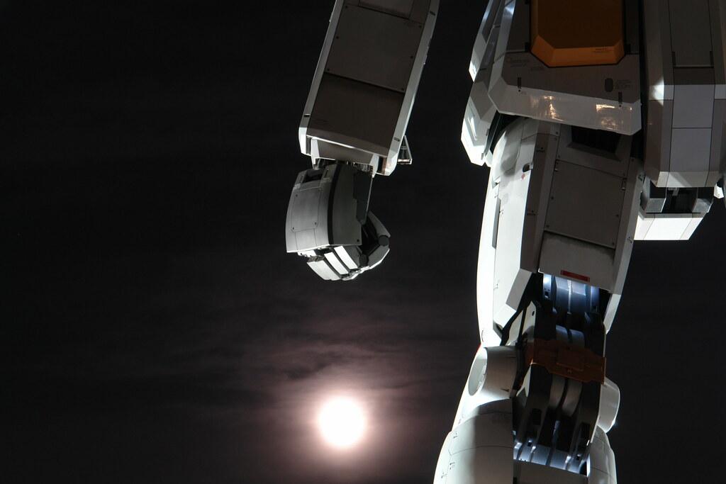 Odaiba GUNDAM with full moon