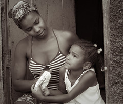 ... me e filha (Julien Lagarde) Tags: africa portrait blackandwhite woman mountain love blancoynegro mujer village noiretblanc retrato amor candid femme mulher daughter mother amour filha fille mere madre maternal ribeira caboverde candido afrique hija candide capeverde capvert santoantao maternallove maternel amourmaternel macronesia amormaternal ribeiradopaul