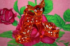 Deer (Verokitschy) Tags: orange shop vintage store decoration kitsch retro deer chain plastic figurines fawn thrift bambi kitschy fawns figurine secondhand decor find oranje chained hert kringloop hertjes thrifted decoratie kringloopwinkel onchain