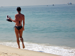 Doce balano a caminho do mar... (:: Flavio Cond ::) Tags: sexy praia gua orla mulher sensual garota andando beira biquini flavioconde cfrj flaviocond