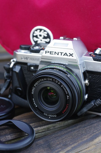 Pentax DA 21mm f/3.2 on Pentax SuperProgram, compact dSLR illustration