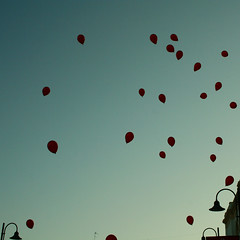 funny little dreams or balloons (Stefano Libertini Protopapa) Tags: blue wedding red sky balloons funny little or may indigo marriage dreams bologna 2009 elisa lecce stefano giuseppe libertini protopapa stefanolibertiniprotopapa isogninonsvanisconofinchlepersonenonliabbandonano