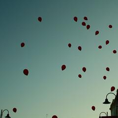 funny little dreams or balloons (Stefano Libertini Protopapa) Tags: blue wedding red sky balloons funny little or may indigo marriage dreams bologna 2009 elisa lecce stefano giuseppe libertini protopapa stefanolibertiniprotopapa isogninonsvanisconofinchlepersonenonliabbandonano