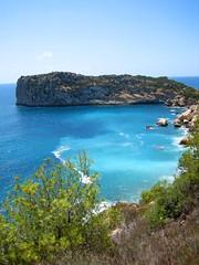 Una preciosidad de Javea (Ivn Ramrez) Tags: blue summer espaa verde green beach water azul canon spain agua stones cove playa ixus alicante verano 50 ivn cala rocas javea comunidadvalenciana ramrez