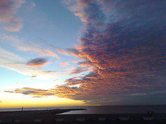 Cloudy Dawn (Raikhen) Tags: barcelona sky cloud sunrise dawn cloudy playa amanecer cielo nubes horizonte rojas n95