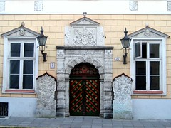 Tallinn - House of the Brotherhood of Blackheads (Maria-Flor) Tags: pictures door trip beautiful canon gold casa tallinn estonia memories journey porta viagem handheld snapshots favs negras ouro cabeas blackheads bltico recordaes doorsoftheworld pawaward hccity