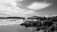 Sacando msculo (Leandro MA) Tags: blancoynegro clouds playa cielo cantabria calor noja sigma1020 canoneos40d leandroma