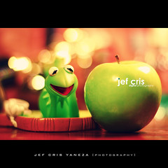 Green Day (jef cris) Tags: life stilllife green apple still day nightlights dof nightshot bokeh greenday greenapple kermitthefrog wakemeupwhenseptemberends strobist twtmeblogged canon50mmf14lens bokehlicious ikealamps canon400d happygorgeousgreenthursday hggt platinumpeaceaward jefcrisdigitalphotography