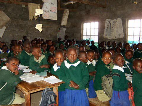 Unge elever ivrige efter at lære nyt i Githabai Primary School