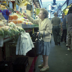 (Rumano II) Tags: barcelona rolleiflex vieja mercado anciana frutera laboquera
