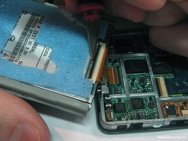 Отключите шлейф жесткого диска iPod Video