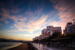 Donde Mires (Where do You Look) (Dibus y Deabus) Tags: gijon asturias españa spain cielo sky nubes clouds amanecer dawn playa beach ciudad city hdr canon 6d tamron