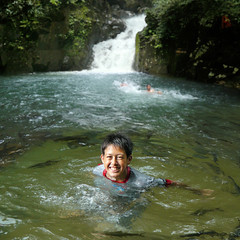 Dare to swim with Tor Soro! (Bn) Tags: thailand topf50 gardenofeden eden trat backtonature luckyme amazingthailand namtok chanthaburi paradiseonearth 50faves karpers namtokphlio plentyoffish waterresource splashingaround refreshingswim forestandjungle tinglingsensation 3levelwaterfall torsoro cuveiervaleciennes namtokphliu phliu namtokphliunationalpark phliuwaterfall khaosabapmountianrange coolandclearwater refresingpools relaxingbythestreams earthsparadise toomanyfishes hofvaneden tuinvaneden namtokphlionationalpark menandfish fishesatthewaterfall thecourtofeden daretoswimwithfishes greatplacetorelax phliowaterfall daretoswimwithtorsorofishes refreshingwaterfall friendlyfishes