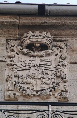 Blasón en Porta da Pena (Santiago) por Amio Cajander..