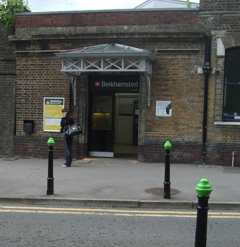 berkhamstedstation-greenposts