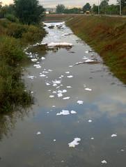 El río, ¿qué lleva?