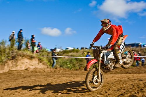 кроссовый мотоцикл в прыжке