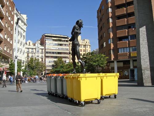 Gala sobre contenedores de basura por Tyrexito.
