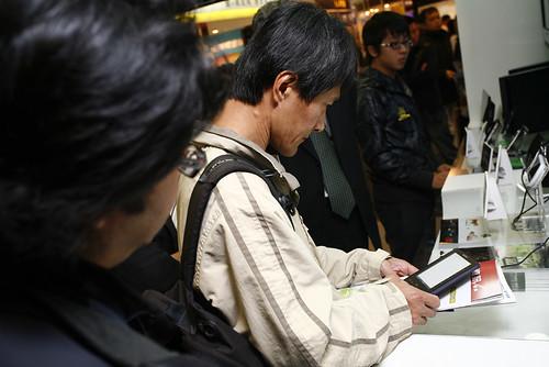 參展民眾在資訊月,搶先體驗電子書-張與蘭攝