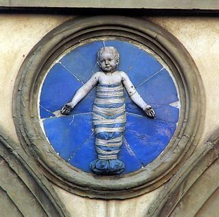Andrea della Robbia, Trovatelli in fasce. Firenze, Ospedale degli Innocenti