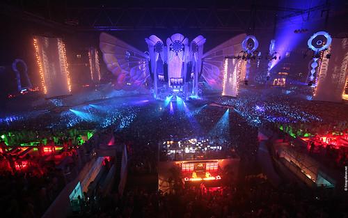 Sensation White 2009 Wallpaper: Massive dark crowd