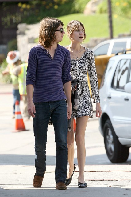 Preppie_-_Alexa_Chung_strolls_around_the_streets_of_West_Hollywood_-_October_7_2009_2132