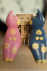 Are You Gonna Kiss or Not?? (.Happy.C.) Tags: toys nikon kiss dslr yotsuba danbo ailens nikkor55mmf12ai 蛋包 danboard d300s 阿愣 紙箱人