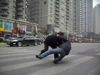 公交司机和醉汉打架