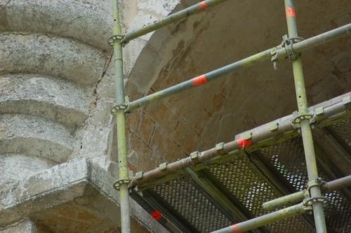 Restaurierungsarbeiten an der Scheinverquaderung in den Bögen zum Seitenschiff