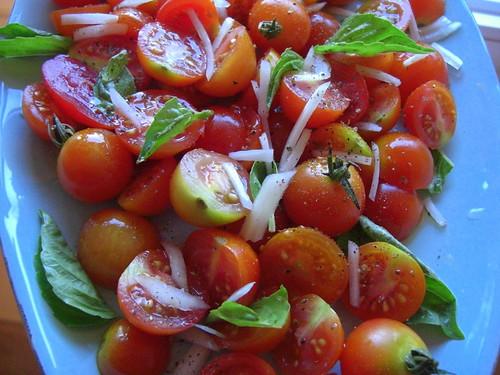 Салат из помидоров черри с базиликом