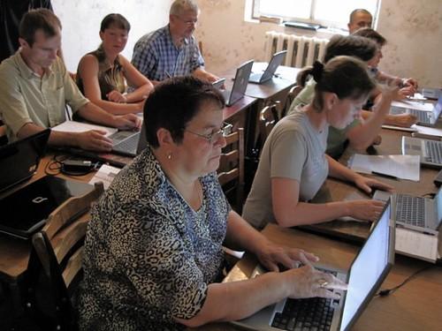 Dna Maria Răzmeriţă în prim plan în clasa de computere