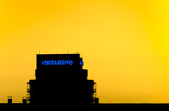 Heidelberger Sonnenuntergangsmaschinen (hey.pictrues) Tags: sunset chimney copyright orange color silhouette nikon neon background cage minimal gradient scaffold heidelberg simple druck schn einfach d90 noticing fluorescentlamp heidelbergerdruckmaschinen noticings niklasplessing