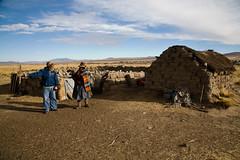 Wilfredo discutant avec une éleveuse d'alpacas, Crucero, Puno, Pérou