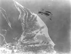 Anglų lietuvių žodynas. Žodis acrobatic stunt reiškia akrobatinis triukas lietuviškai.