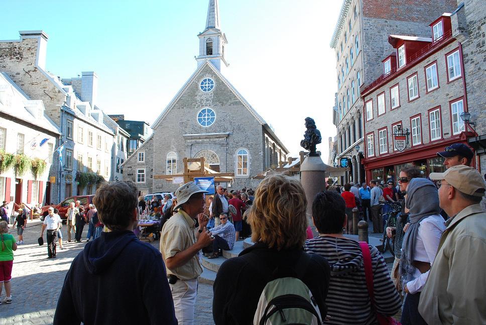 François Vidal à la Place Royale à la fin d'une visite à pied du Vieux-Québec