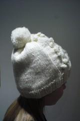 M's white pompom hat