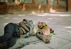 India #12: homeless (zane&inzane) Tags: india film iso200 nikon delhi voigtlander homeless countries lucky developed fm3a developing 40f2 slii
