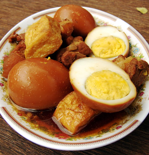 ביצים בקינמון, עם חזיר וטופו