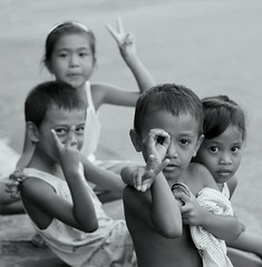 portrait of peace (bongbongdang) Tags: portrait people blackandwhite kids children 50mm peace philippines streetphotography manila peacesign streetchildren sampaloc peacelovers abigfave nikond40x theunforgettablepictures platinumheartaward platinumpeaceaward simounst