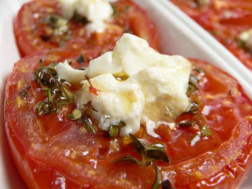 Tomaten mit Kräutern und Feta