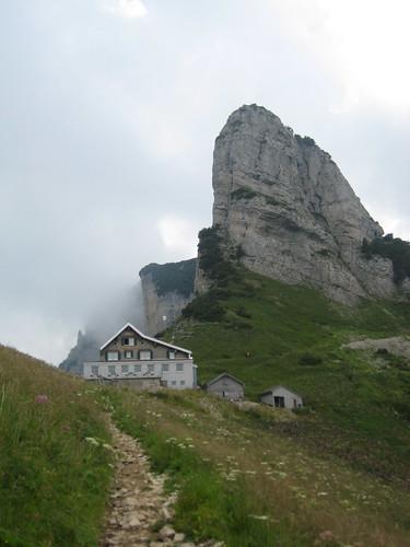 Berggasthaus Stauberen, dahinter aufragend das Känzeli