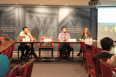 8日至威爾遜國際學者中心中國環境論壇簡報的Ray和Daniel兩人正在接受聽眾提問。