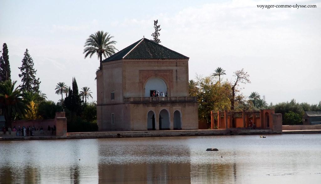 Le Pavillon, se reflétant dans l'eau du bassin