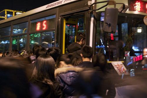 バスに群がる人