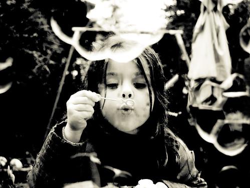 フリー画像|人物写真|子供ポートレイト|外国の子供|少女/女の子|しゃぼん玉/シャボン玉|モノクロ写真|フリー素材|