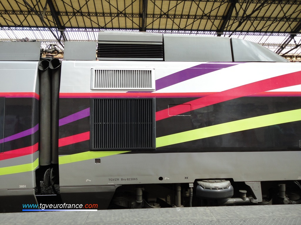 Détail du bogie moteur (moteur à courant continu) arborant le pelliculage des 30 ans du TGV Sud-Est