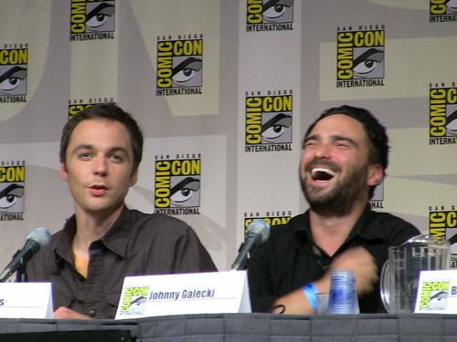 Parsons y Galecki, riendo durante la entrevista. De watchwithkristin