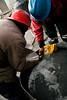 On récupère un condensé qui sera brûlé afin de faire évaporer le mercure et de ne garder que l'or. Ces évaporations retombe directement sur les toits à cause du froid ambiant (La Rinconada, Puno, Pérou, août 2009)